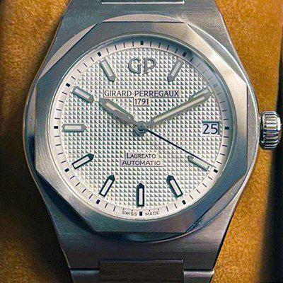 WTS: Girard-Perregaux Laureato in Silver, 42, Full and Immaculate Set 81010-11-131-11a